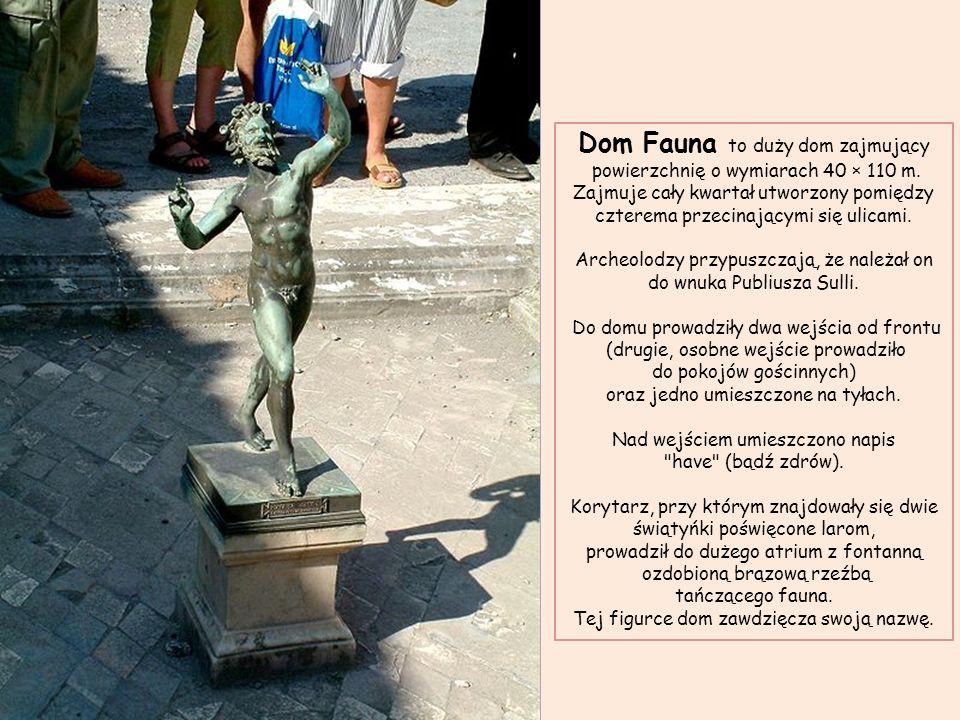Dom Fauna, atrium z fontanną ozdobioną brązową rzeźbą tańczącego fauna