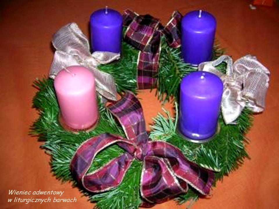 Katolicy często dobierają świece w kolorystyce szat liturgicznych każdej niedzieli adwentu, 3 świece fioletowe oraz jedna różowa