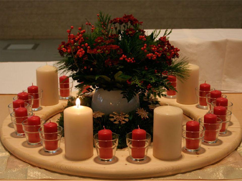 W kościele zapala się świece wieńca w uroczysty sposób. Czyni to konkretna grupa przedstawicieli parafian, np.: młodzież, bądź członkowie chóru. W nie