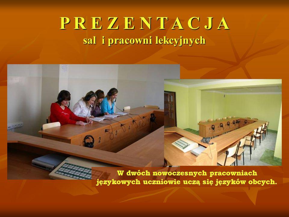 W dwóch nowoczesnych pracowniach językowych uczniowie uczą się języków obcych.