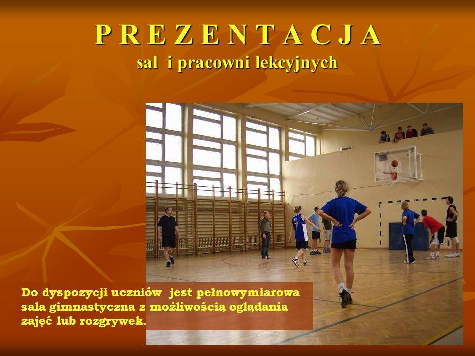P R E Z E N T A C J A sal i pracowni lekcyjnych Do dyspozycji uczniów jest pełnowymiarowa sala gimnastyczna z możliwością oglądania zajęć lub rozgrywek.