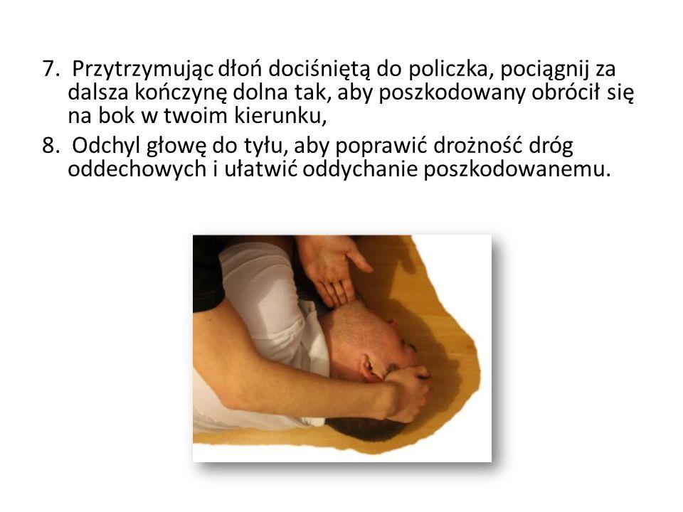 7. Przytrzymując dłoń dociśniętą do policzka, pociągnij za dalsza kończynę dolna tak, aby poszkodowany obrócił się na bok w twoim kierunku, 8. Odchyl