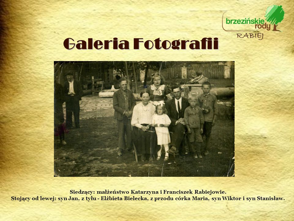 Galeria Fotografii RABIEJ Siedzący: małżeństwo Katarzyna i Franciszek Rabiejowie. Stojący od lewej: syn Jan, z tyłu - Elżbieta Bielecka, z przodu córk
