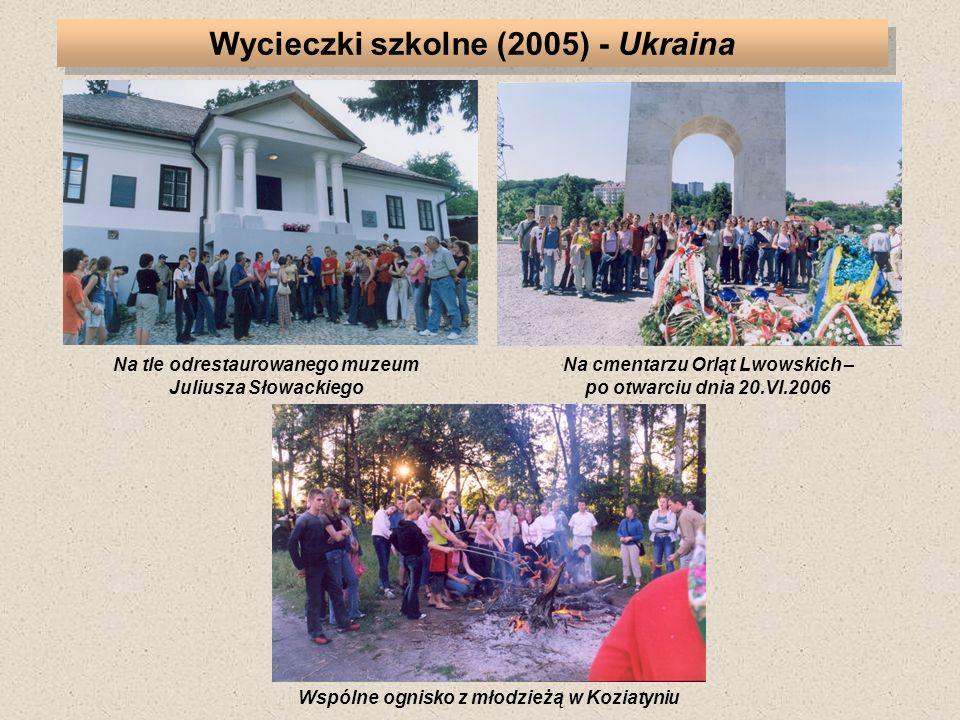 Na tle odrestaurowanego muzeum Juliusza Słowackiego Na cmentarzu Orląt Lwowskich – po otwarciu dnia 20.VI.2006 Wspólne ognisko z młodzieżą w Koziatyni