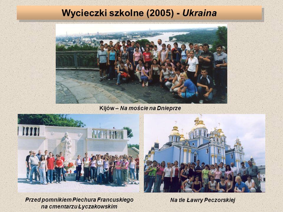 Przed pomnikiem Piechura Francuskiego na cmentarzu Łyczakowskim Kijów – Na moście na Dnieprze Na tle Ławry Peczorskiej Wycieczki szkolne (2005) - Ukraina