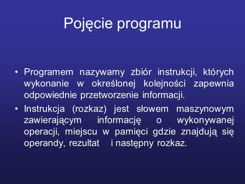 Wymagania odnośnie systemu komputerowego przetwarzającego program (von Neumann) System komputerowy musi: Mieć skończoną i funkcjonalnie pełną listę rozkazów; Mieć możliwość wprowadzenia programu do systemu komputerowego poprzez urządzenia zewnętrzne i przechowywać instrukcje w pamięci w sposób identyczny jak danych; Dane i instrukcje powinny być jednakowo dostępne dla procesora (poprzez jednoznaczne adresy w pamięci); Informacja jest przetwarzana dzięki sekwencyjnemu odczytywaniu instrukcji z pamięci komputera i wykonywaniu tych instrukcji w procesorze.