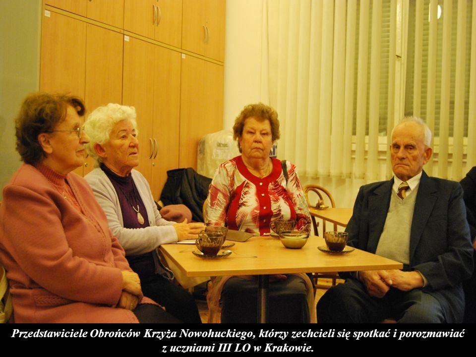 Przedstawiciele Obrońców Krzyża Nowohuckiego, którzy zechcieli się spotkać i porozmawiać z uczniami III LO w Krakowie.