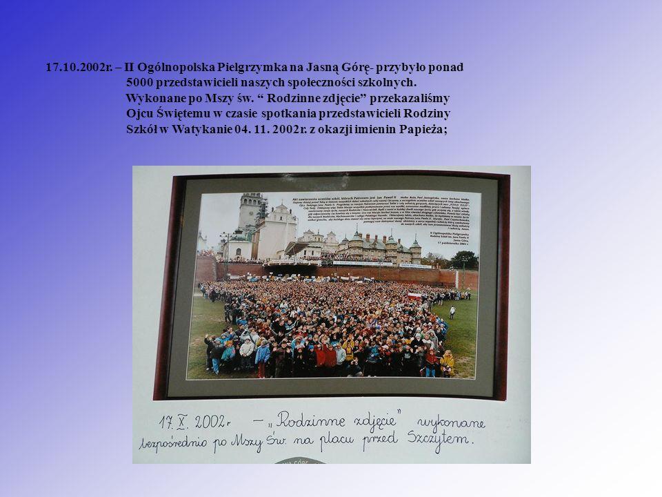 17.10.2002r. – II Ogólnopolska Pielgrzymka na Jasną Górę- przybyło ponad 5000 przedstawicieli naszych społeczności szkolnych. Wykonane po Mszy św. Rod