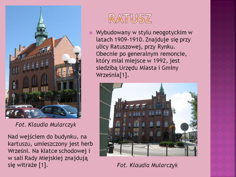 Wybudowany w stylu neogotyckim w latach 1909-1910. Znajduje się przy ulicy Ratuszowej, przy Rynku. Obecnie po generalnym remoncie, który miał miejsce