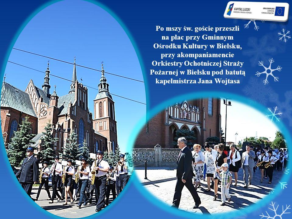 Po mszy św. goście przeszli na plac przy Gminnym Ośrodku Kultury w Bielsku, przy akompaniamencie Orkiestry Ochotniczej Straży Pożarnej w Bielsku pod b