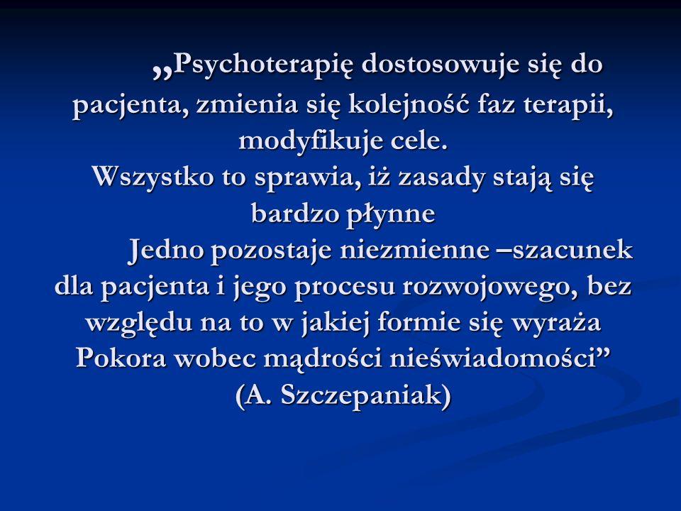 Psychoterapię dostosowuje się do pacjenta, zmienia się kolejność faz terapii, modyfikuje cele. Wszystko to sprawia, iż zasady stają się bardzo płynne