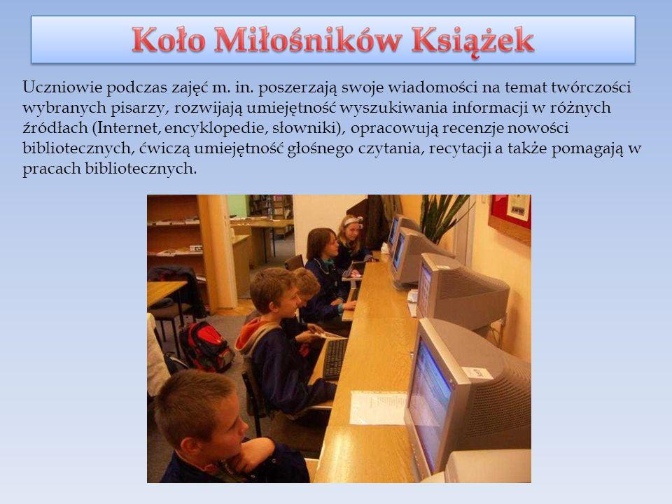 Uczniowie podczas zajęć m.in.