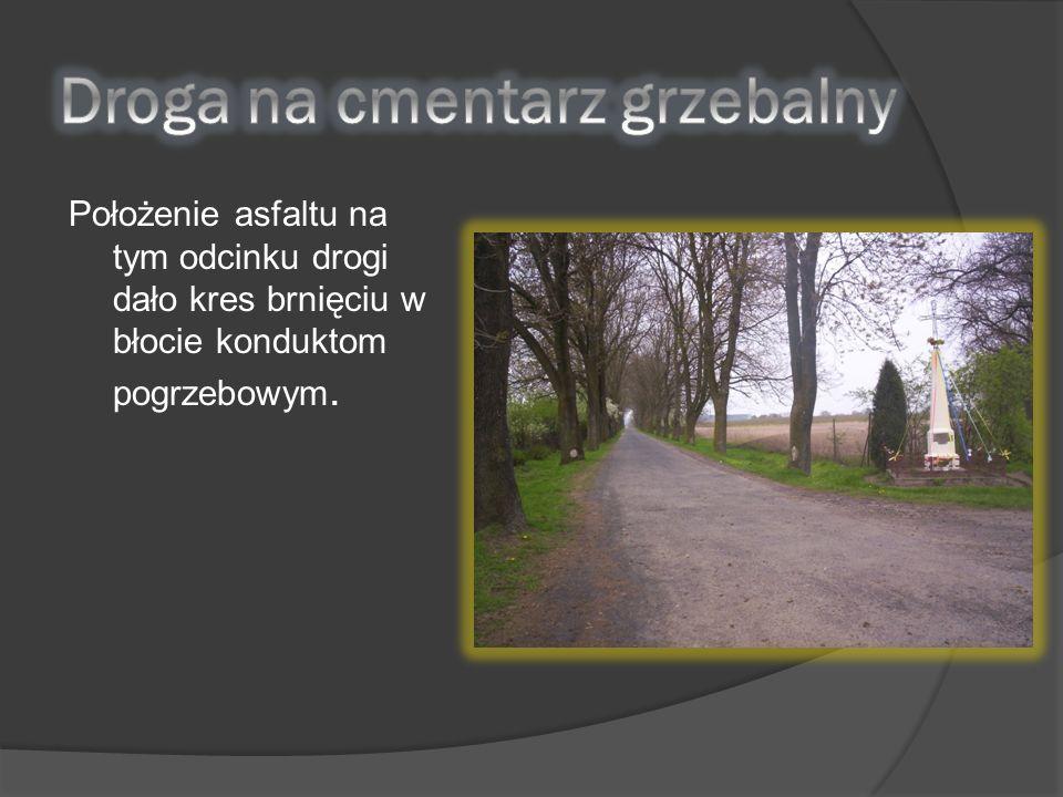 Położenie asfaltu na tym odcinku drogi dało kres brnięciu w błocie konduktom pogrzebowym.