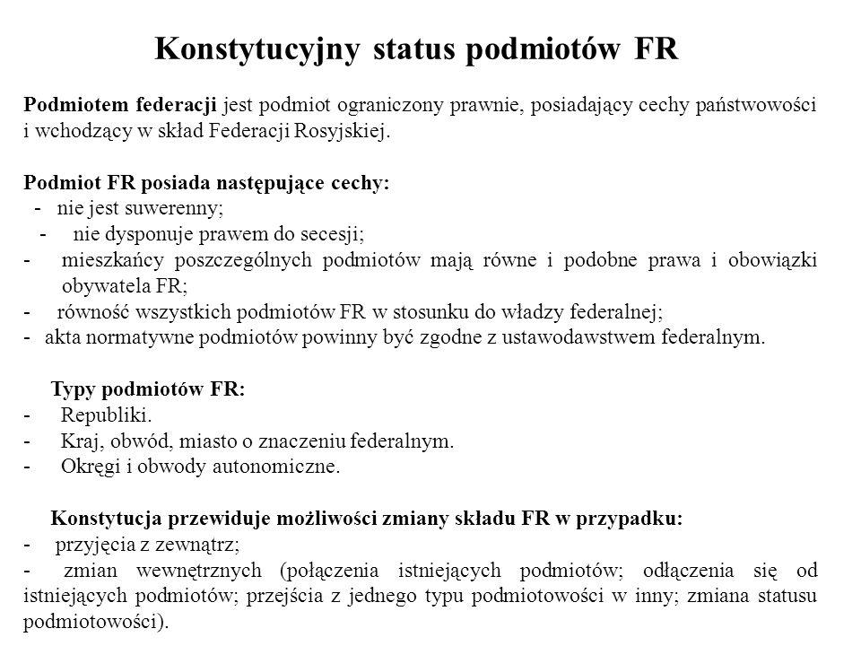 Kompetencje Prezydenta FR - określa podstawowe kierunki wewnętrznej i zagranicznej polityki państwa i reprezentuje go na zewnątrz (podpisuje umowy międzynarodowe, przyjmuje listy uwierzytelniające); - powołuje za zgodą Dumy premiera oraz ma prawo do jego dymisji; - na wniosek premiera powołuje i odwołuje jego zastępców i ministrów federalnych; - ma prawo przewodniczyć obradom rządu; - przedstawia Dumie kandydata na stanowisko prezesa Banku Centralnego FR i składa wniosek o jego odwołanie; - przedstawia Radzie Federacji kandydatów na stanowisko sędziów SK, SN i NSA i Prokuratora Generalnego (wnioskuje o odwołanie PG), powołuje sędziów in, sądów federalnych; - tworzy Radę Bezpieczeństwa FR; - jest zwierzchnikiem sił zbrojnych, zatwierdza doktrynę wojskową i powołuje wyższe dowództwo sił zbrojnych, ogłasza stan wojny (informuje parlament) i stan wyjątkowy; - tworzy własną administrację, powołuje i odwołuje swoich przedstawicieli; -- powołuje i odwołuje korpus dyplomatyczny FR (konsultacje z parlamentem)