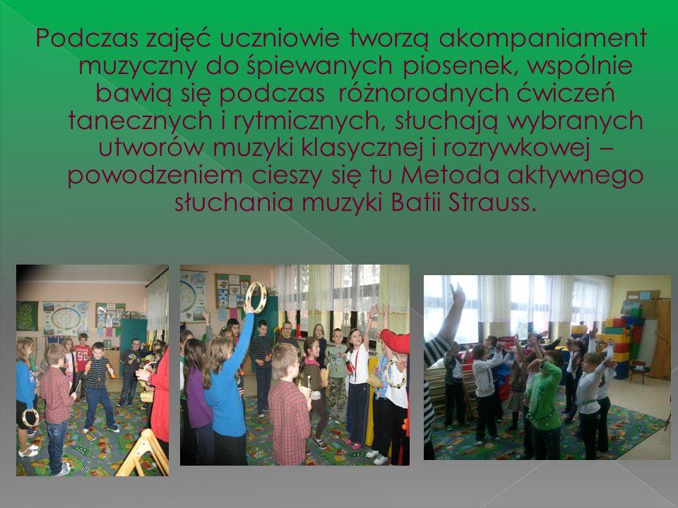 Podczas zajęć uczniowie tworzą akompaniament muzyczny do śpiewanych piosenek, wspólnie bawią się podczas różnorodnych ćwiczeń tanecznych i rytmicznych