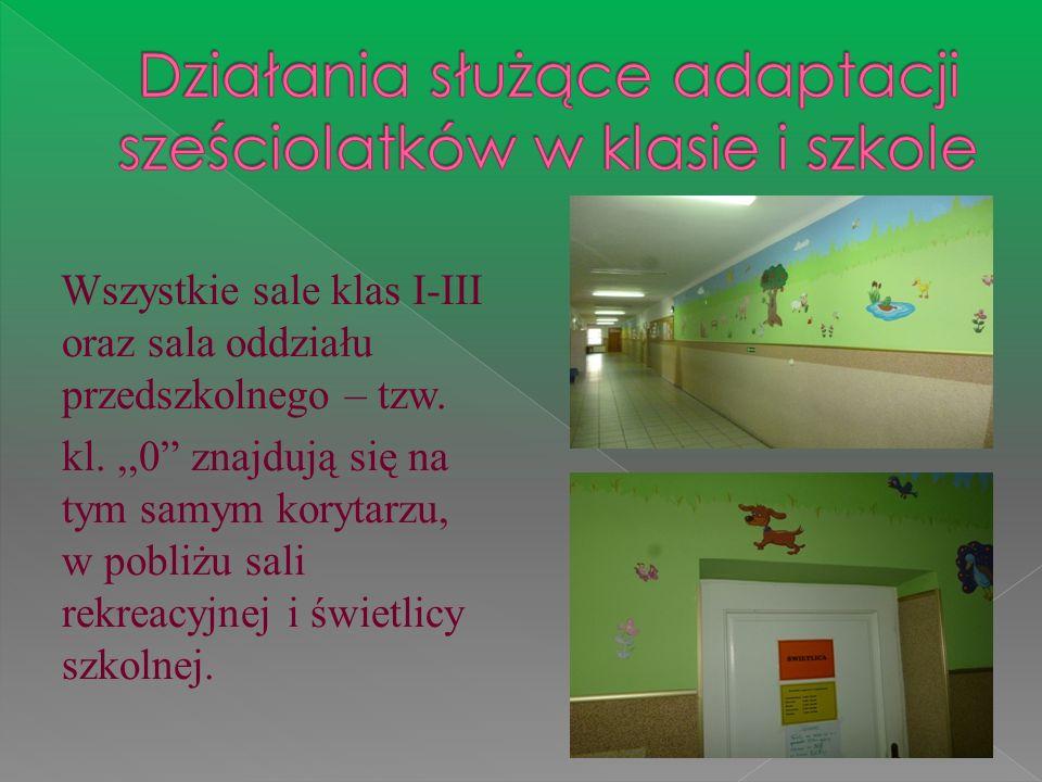 Wszystkie sale klas I-III oraz sala oddziału przedszkolnego – tzw. kl.,,0 znajdują się na tym samym korytarzu, w pobliżu sali rekreacyjnej i świetlicy