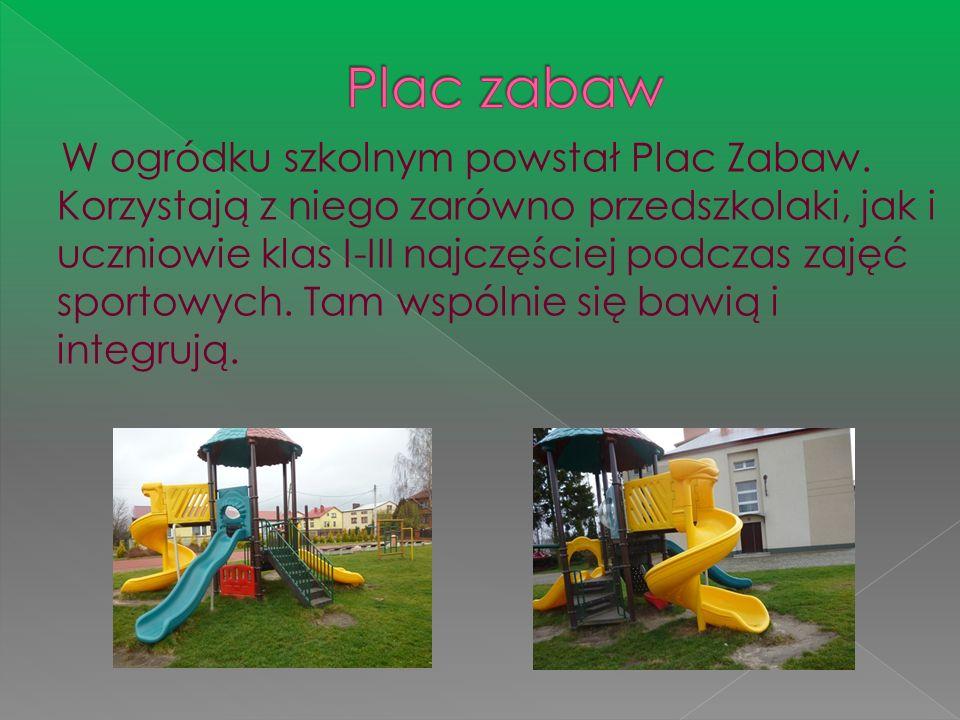 W ogródku szkolnym powstał Plac Zabaw. Korzystają z niego zarówno przedszkolaki, jak i uczniowie klas I-III najczęściej podczas zajęć sportowych. Tam