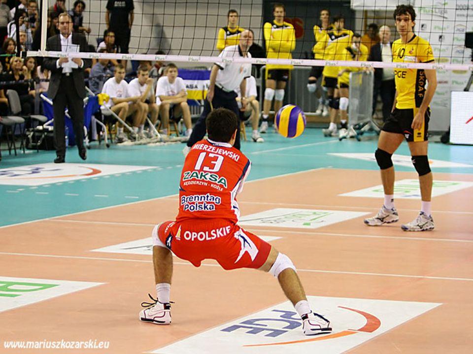 Przyjmij piłkę 3 metry od prawej linii bocznej aby przesunąć atak z piłki krótkiej bliżej strefy drugiej.