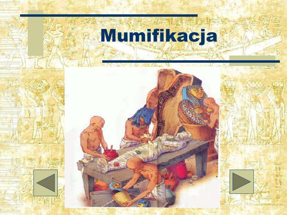 Trumna i mumia Ramzesa II Na trumnie, która skrywała mumię Ramzesa jest laska i bicz Ozyrysa, boga życia pozaziemskiego