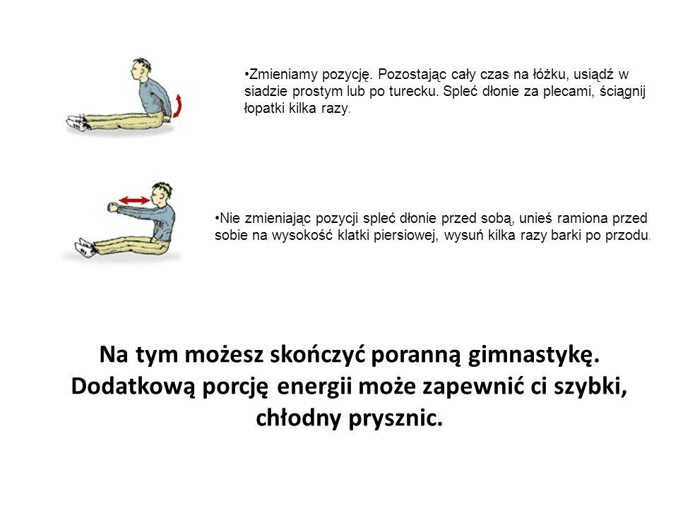 Zmieniamy pozycję. Pozostając cały czas na łóżku, usiądź w siadzie prostym lub po turecku. Spleć dłonie za plecami, ściągnij łopatki kilka razy. Nie z