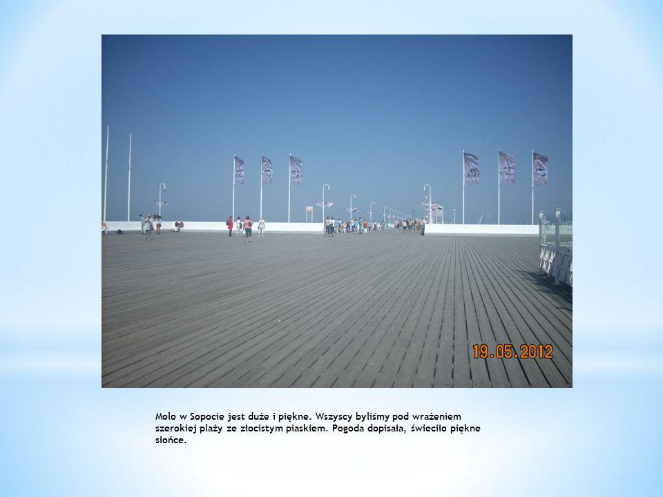 Molo w Sopocie jest duże i piękne. Wszyscy byliśmy pod wrażeniem szerokiej plaży ze złocistym piaskiem. Pogoda dopisała, świeciło piękne słońce.