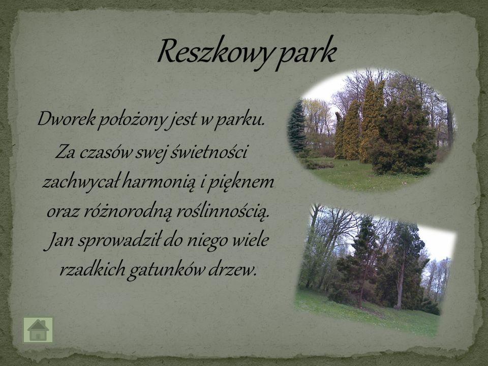 Dworek położony jest w parku. Za czasów swej świetności zachwycał harmonią i pięknem oraz różnorodną roślinnością. Jan sprowadził do niego wiele rzadk
