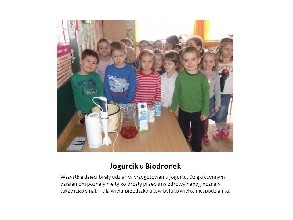Jogurcik u Biedronek Wszystkie dzieci brały udział w przygotowaniu jogurtu.
