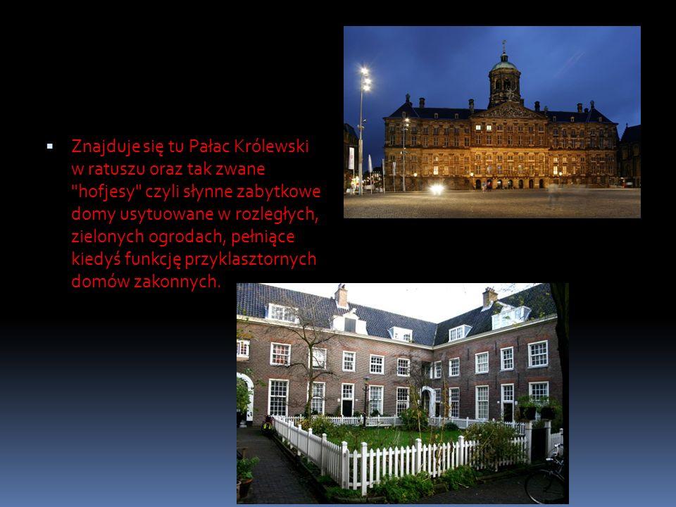 Znajduje się tu Pałac Królewski w ratuszu oraz tak zwane