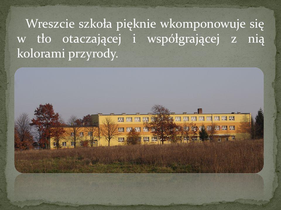 Wreszcie szkoła pięknie wkomponowuje się w tło otaczającej i współgrającej z nią kolorami przyrody.
