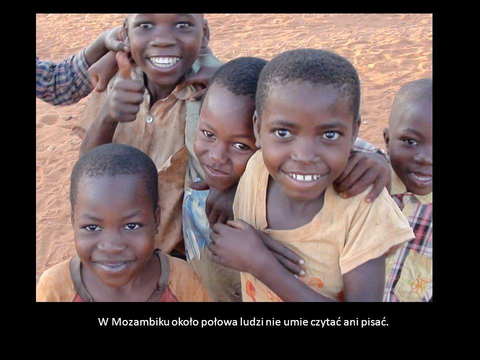 W Mozambiku około połowa ludzi nie umie czytać ani pisać.