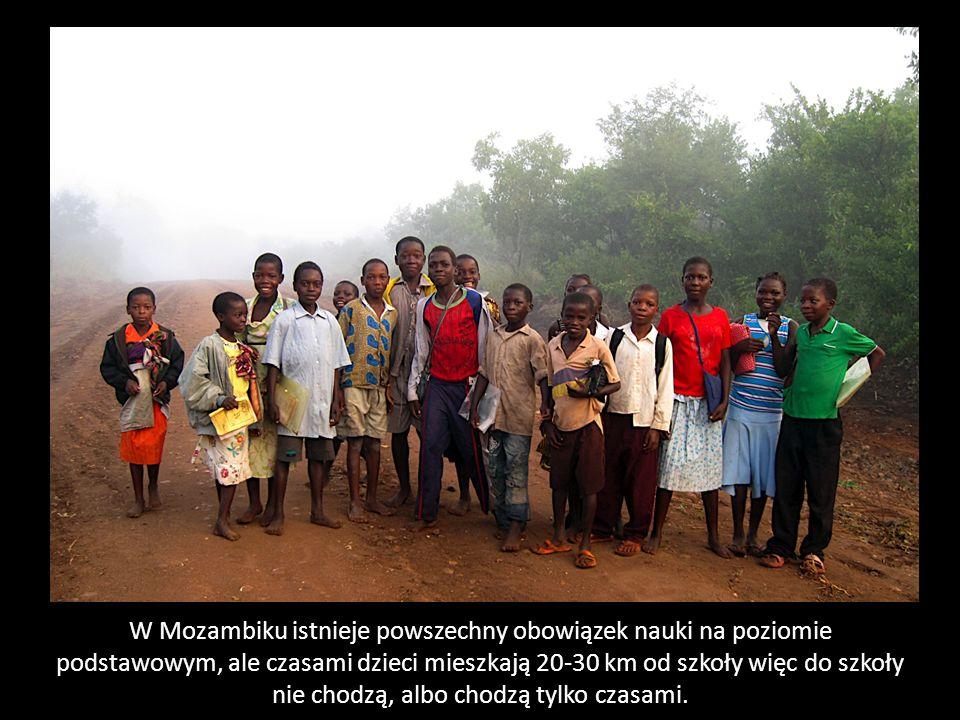 W Mozambiku istnieje powszechny obowiązek nauki na poziomie podstawowym, ale czasami dzieci mieszkają 20-30 km od szkoły więc do szkoły nie chodzą, al