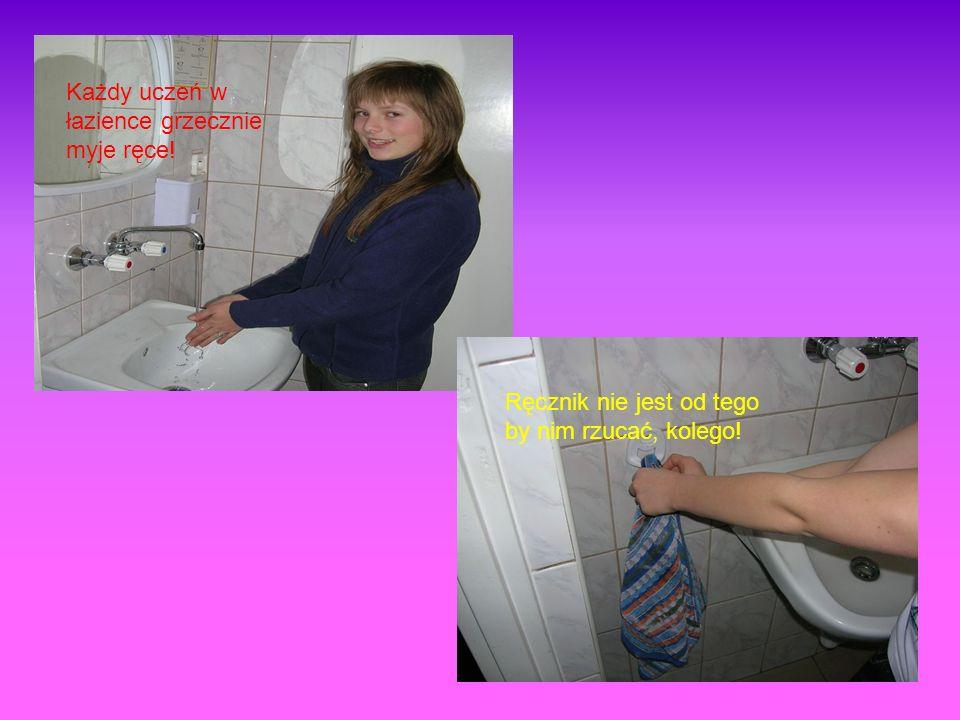 Każdy uczeń w łazience grzecznie myje ręce! Ręcznik nie jest od tego by nim rzucać, kolego!