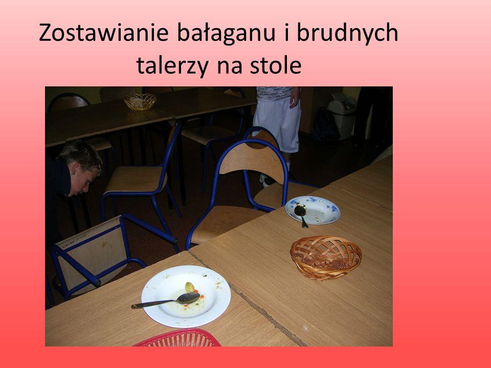 Zostawianie bałaganu i brudnych talerzy na stole