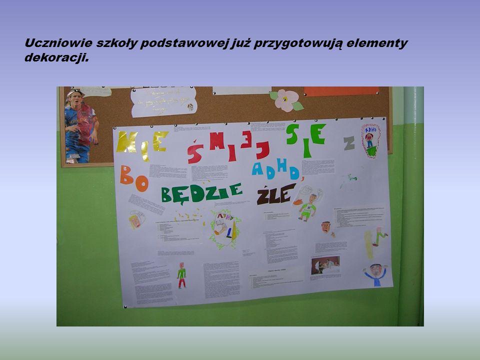 Uczniowie szkoły podstawowej już przygotowują elementy dekoracji.
