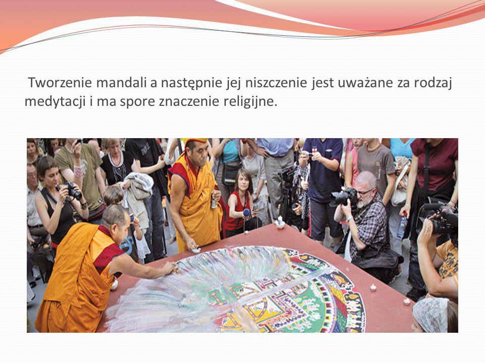 Mandala buddyjska to harmonijne połączenie koła i kwadratu, gdzie koło jest symbolem nieba, transcendencji, zewnętrzności i nieskończoności, natomiast kwadrat przedstawia sferę wewnętrzności, tego co jest związane z człowiekiem i ziemią.