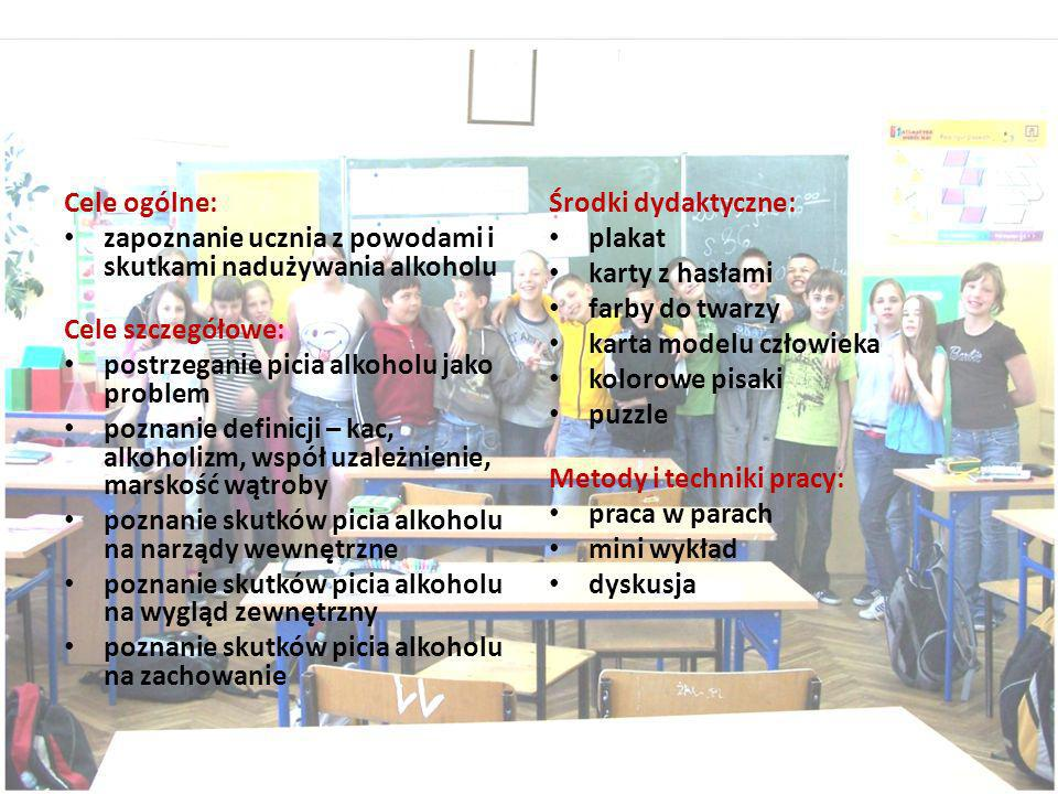 Wspólne zdjęcie klasy Va pod przygotowaną wystawą swoich prac. Wychowawczyni- Jolanta Piwowarczyk