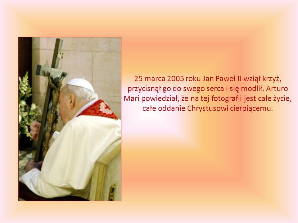 25 marca 2005 roku Jan Paweł II wziął krzyż, przycisnął go do swego serca i się modlił. Arturo Mari powiedział, że na tej fotografii jest całe życie,