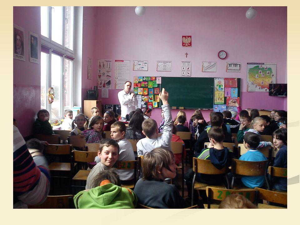 Spotkanie Spotkanie z przedstawicielem Sądu Rodzinnego i Nieletnich w Żaganiu spotkało się z dużym zainteresowaniem ze strony naszej młodzieży, czego dowodem była zarówno duża ilość pytań do zaproszonego gościa jak i pełne skupienie podczas prezentacji.