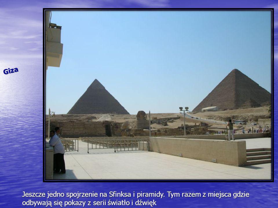 Giza Jeszcze jedno spojrzenie na Sfinksa i piramidy. Tym razem z miejsca gdzie odbywają się pokazy z serii światło i dźwięk