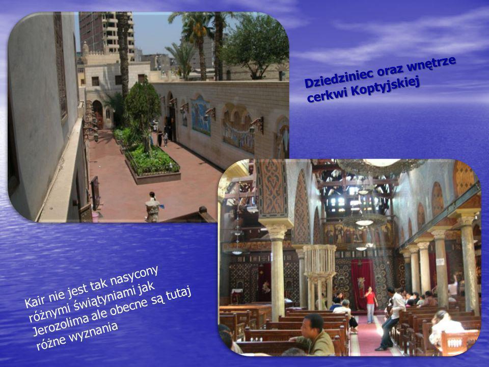 Dziedziniec oraz wnętrze cerkwi Koptyjskiej Kair nie jest tak nasycony różnymi świątyniami jak Jerozolima ale obecne są tutaj różne wyznania