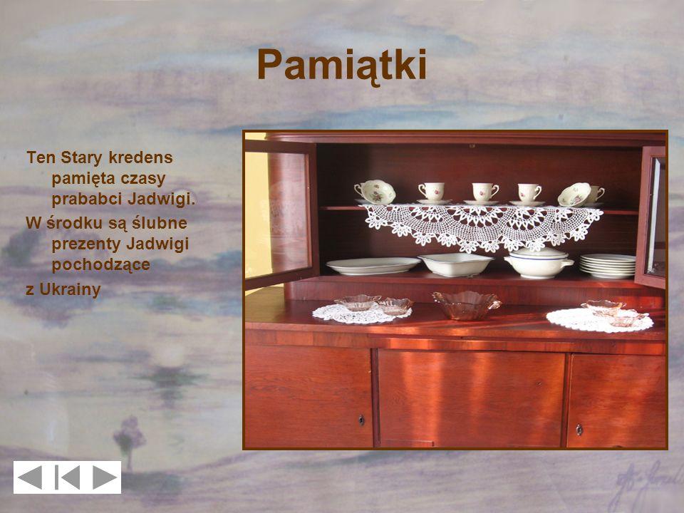 Pamiątki Ten Stary kredens pamięta czasy prababci Jadwigi. W środku są ślubne prezenty Jadwigi pochodzące z Ukrainy