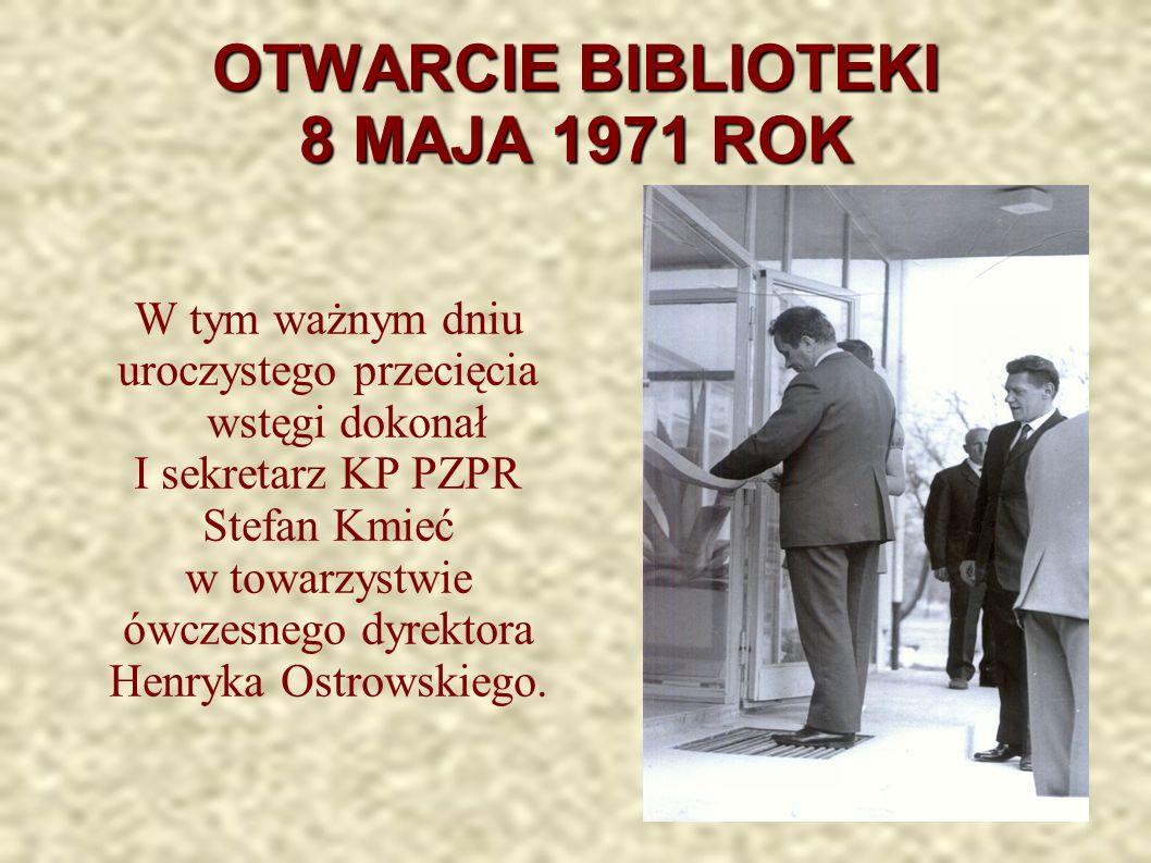 OTWARCIE BIBLIOTEKI 8 MAJA 1971 ROK W tym ważnym dniu uroczystego przecięcia wstęgi dokonał I sekretarz KP PZPR Stefan Kmieć w towarzystwie ówczesnego dyrektora Henryka Ostrowskiego.