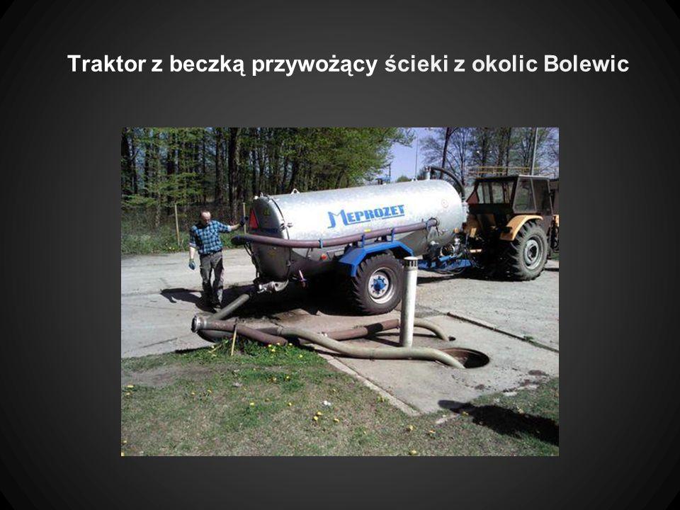 Traktor z beczką przywożący ścieki z okolic Bolewic