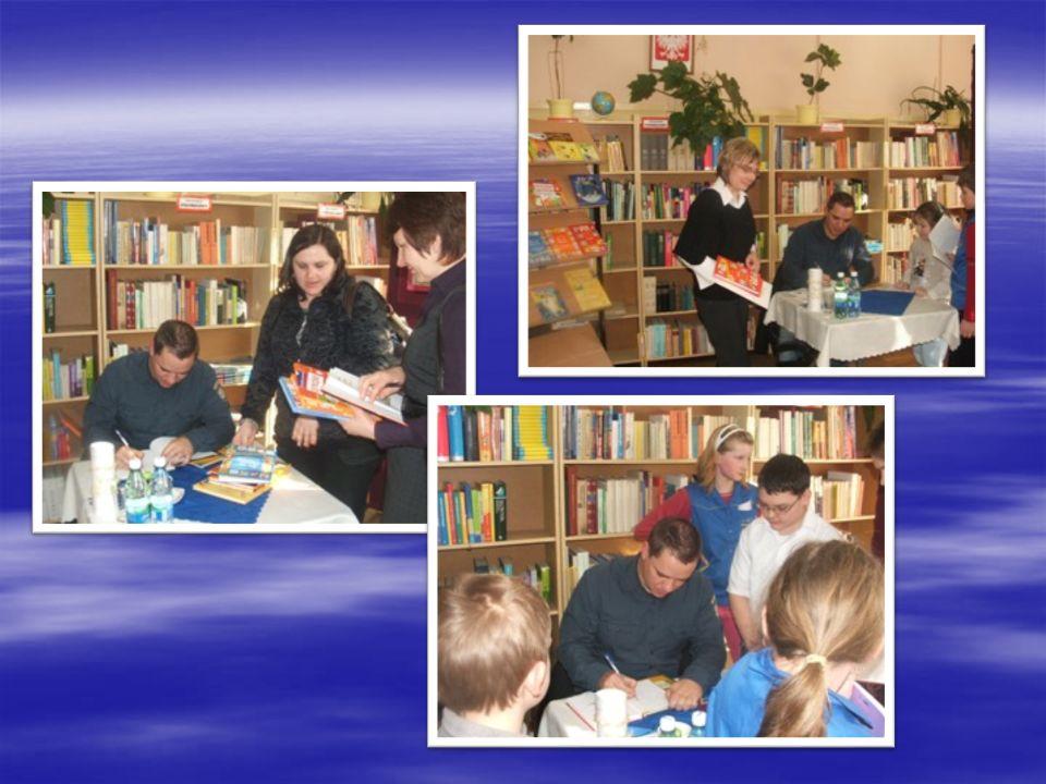 Pan Pan Grzegorz Kasdepke na zakończenie spotkania otrzymał od dzieci własnoręcznie napisane podziękowanie podziękowanie z dedykowanym wierszem oraz kwiaty.