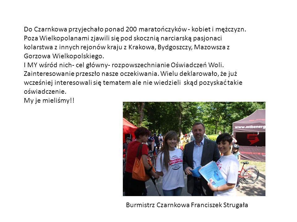 Burmistrz Czarnkowa Franciszek Strugała Do Czarnkowa przyjechało ponad 200 maratończyków - kobiet i mężczyzn. Poza Wielkopolanami zjawili się pod skoc