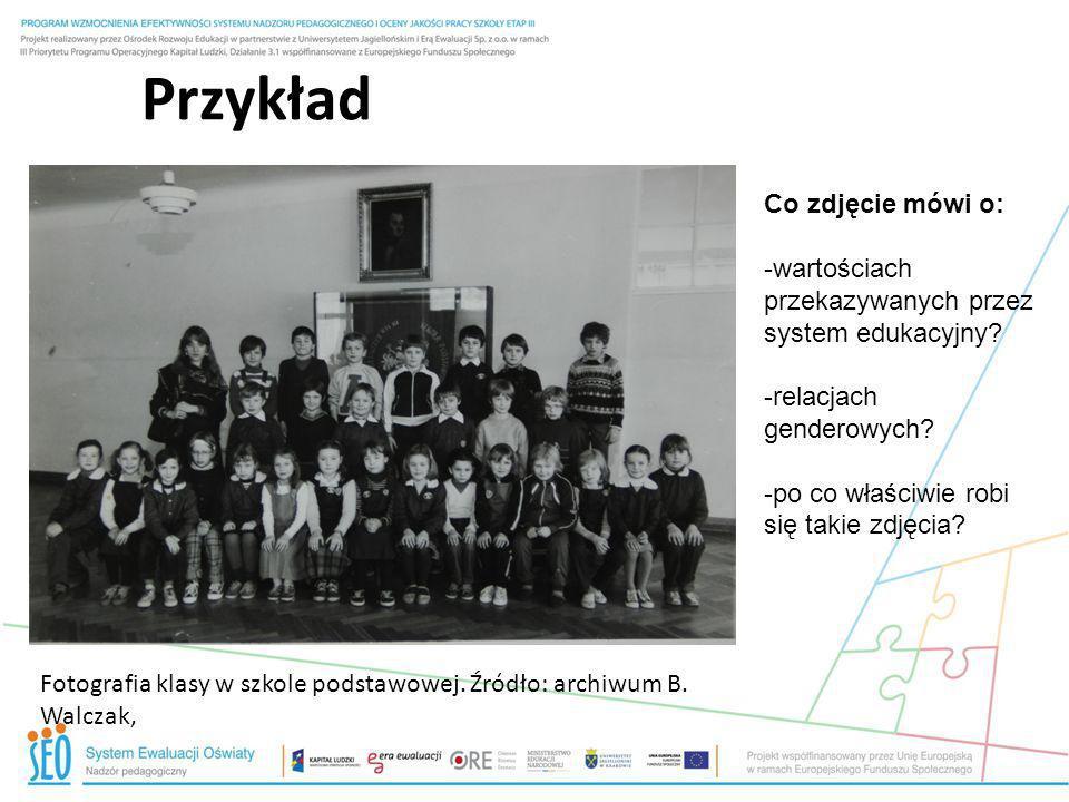 Przykład Fotografia klasy w szkole podstawowej. Źródło: archiwum B. Walczak, Co zdjęcie mówi o: -wartościach przekazywanych przez system edukacyjny? -