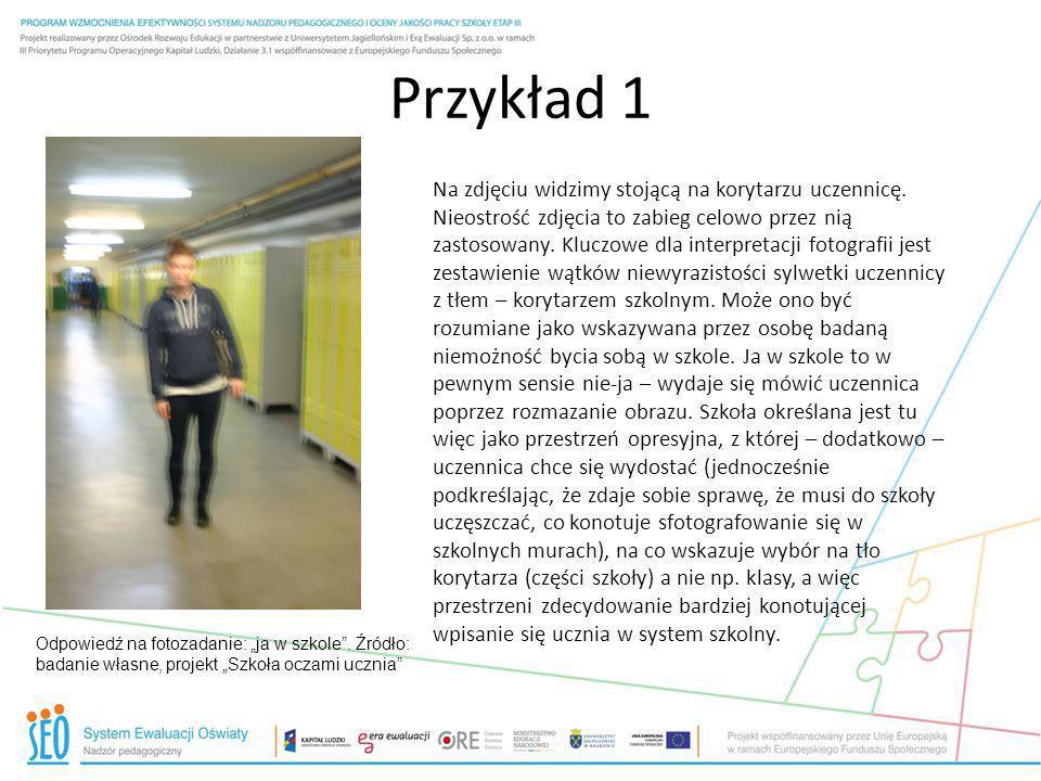 Przykład 1 Odpowiedź na fotozadanie: ja w szkole. Źródło: badanie własne, projekt Szkoła oczami ucznia Na zdjęciu widzimy stojącą na korytarzu uczenni