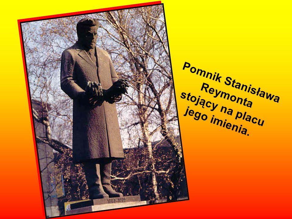 Pomnik Józefa Piłsudskiego przed Łódzkim Domem Kultury.