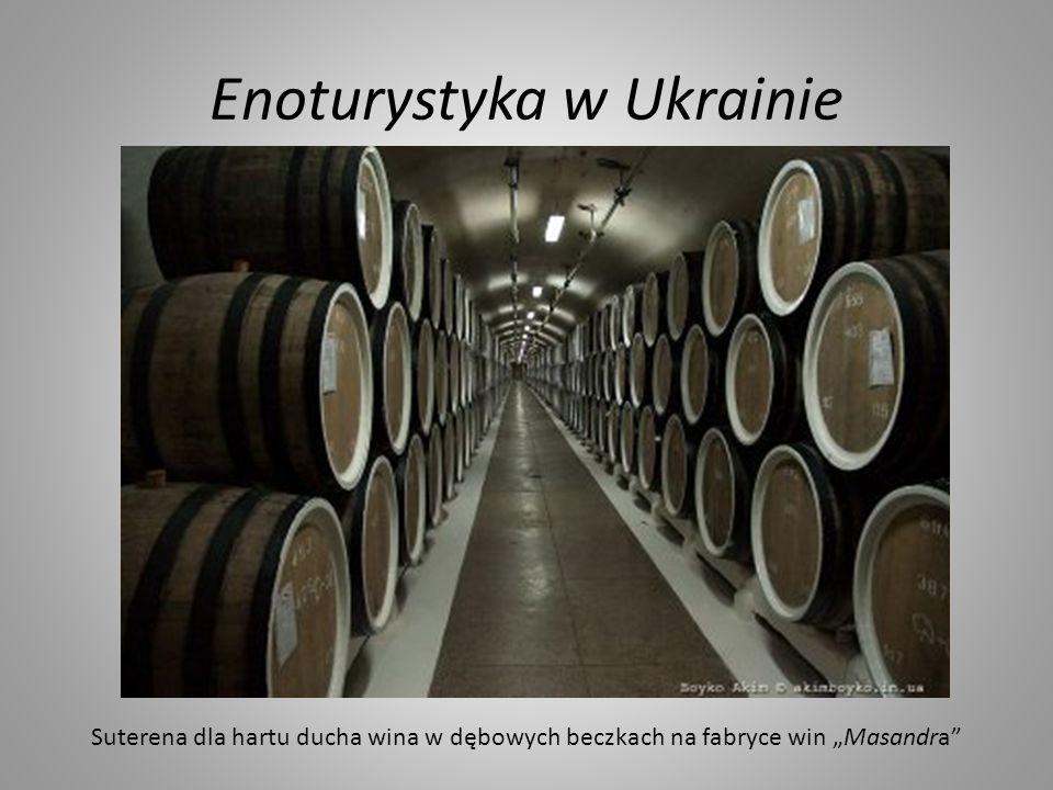 Enoturystyka w Ukrainie Suterena dla hartu ducha wina w dębowych beczkach na fabryce win Masandra