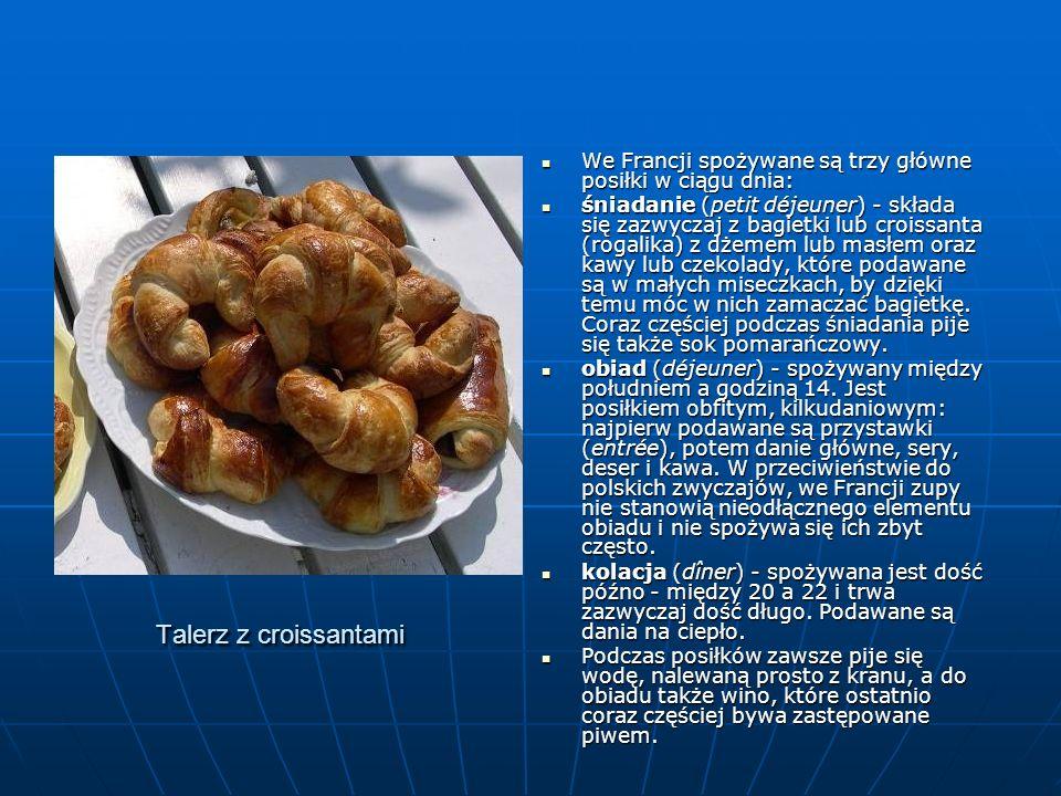 Talerz z croissantami We Francji spożywane są trzy główne posiłki w ciągu dnia: We Francji spożywane są trzy główne posiłki w ciągu dnia: śniadanie (p